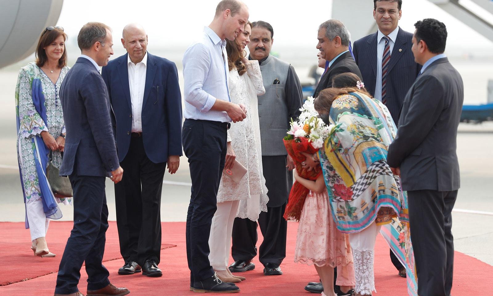 لاہور آمد پر برطانوی شاہی جوڑے شہزادہ ولیم اور ان کی اہلیہ کیٹ مڈلٹن کا شاندار استقبال کیا گیا— فوٹو: رائٹرز