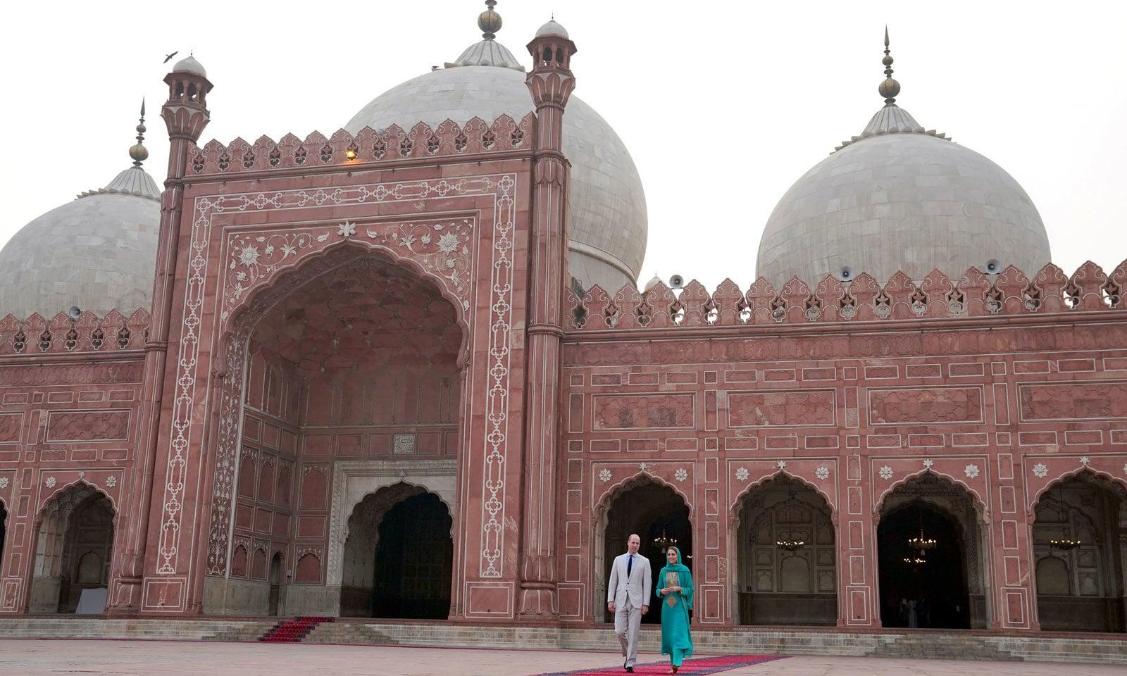 برطانوی شاہی جوڑے کے بادشاہی مسجد کے دورے کے دوران لی گئی ایک خوبصورت تصویر— فوٹو: رائٹرز