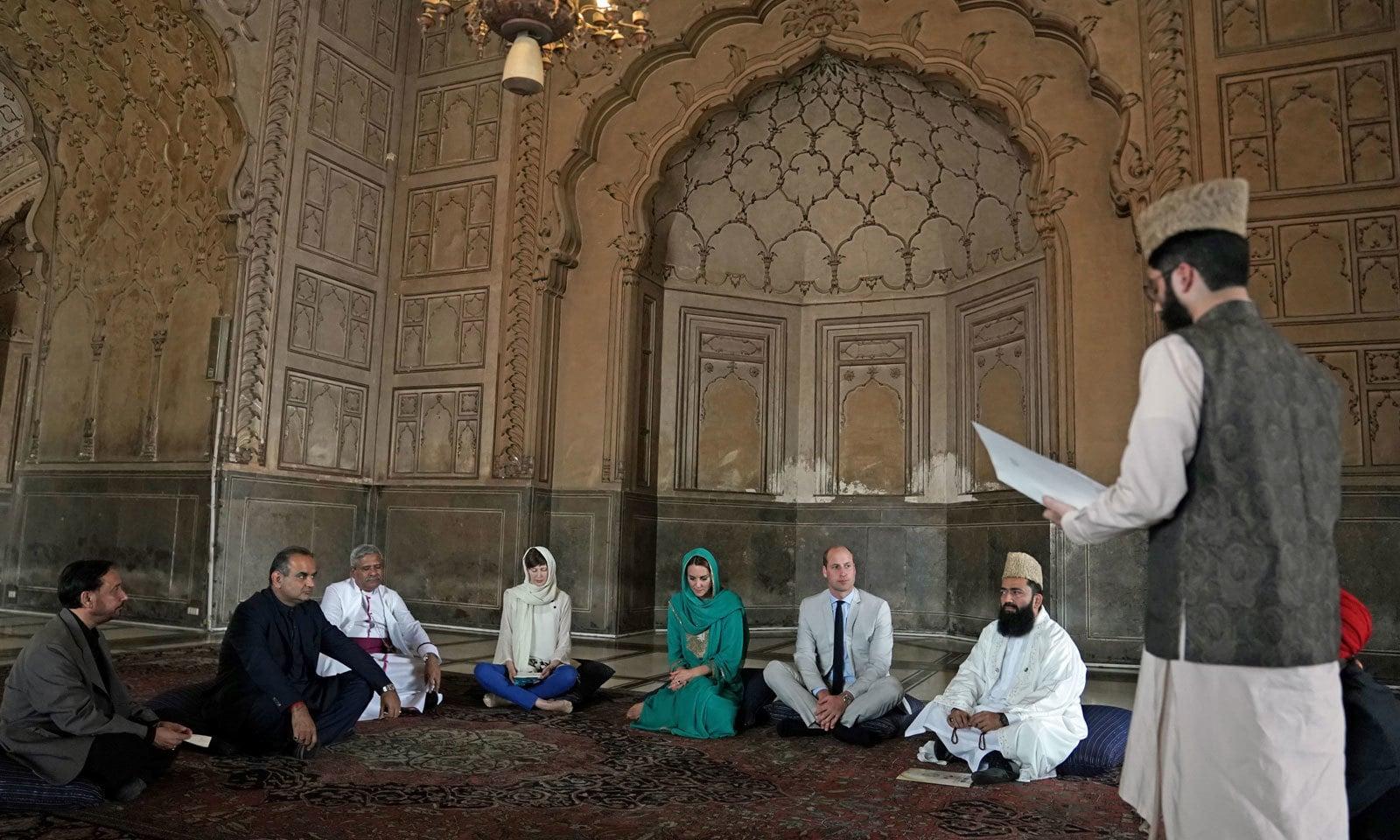 شہزادہ ولیم اور ان کی اہلیہ کیٹ مڈلٹن بادشاہی مسجد کے اندر بیٹھے ہوئے ہیں— فوٹو: رائٹرز
