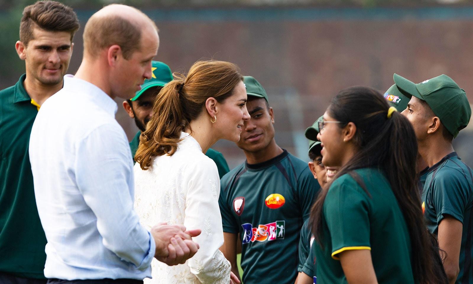 شاہی جوڑا نوجوان کھلاڑیوں کے ساتھ بھی گھل مل گیا—فوٹو: اے پی