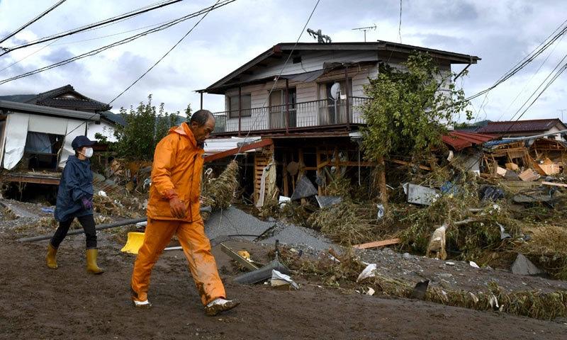 جاپان کے 'این ایچ کے' ٹیلی وژن نے طوفان میں 77 ہلاکتیں رپورٹ کیں — فوٹو: اے ایف پی