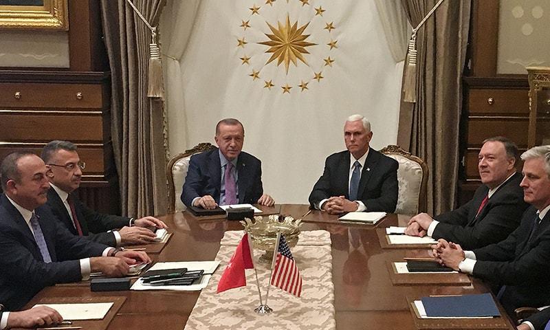 امریکی نائب صدر نے ترک صدر رجب طیب اردوان سے کئی گھنٹے طویل مذاکرات کیے — فوٹو: اے ایف پی