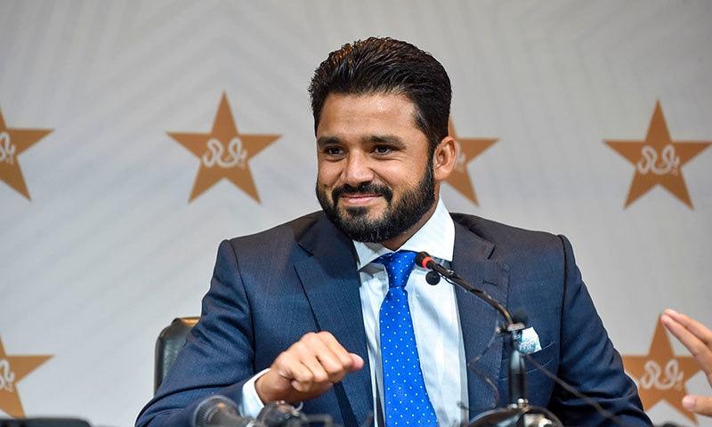قومی ٹیم ٹیسٹ ٹیم کے نئے کپتان اظہر علی پریس کانفرنس کے دوران خوشگوار موڈ میں نظر آ رہے ہیں— فوٹو: اے ایف پی