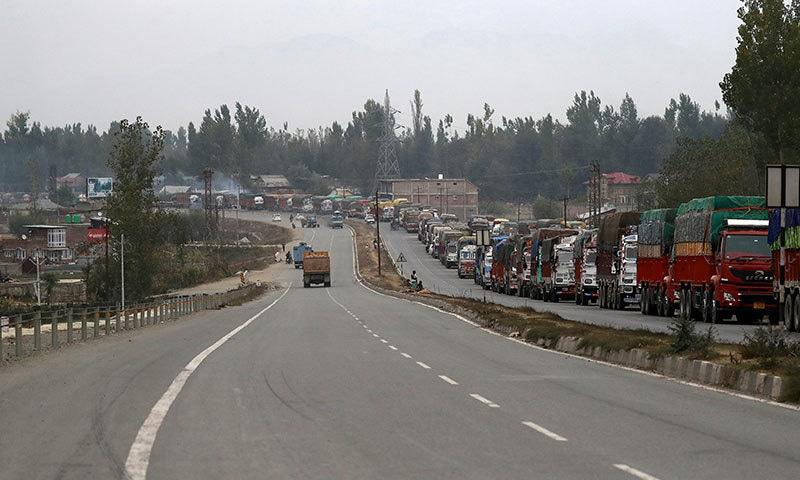 مقبوضہ کشمیر میں صبح اور شام کو مختصر وقت کے لیے دکانیں کھولنے کی اجازت دی جاتی ہے—فوٹو:رائٹرز