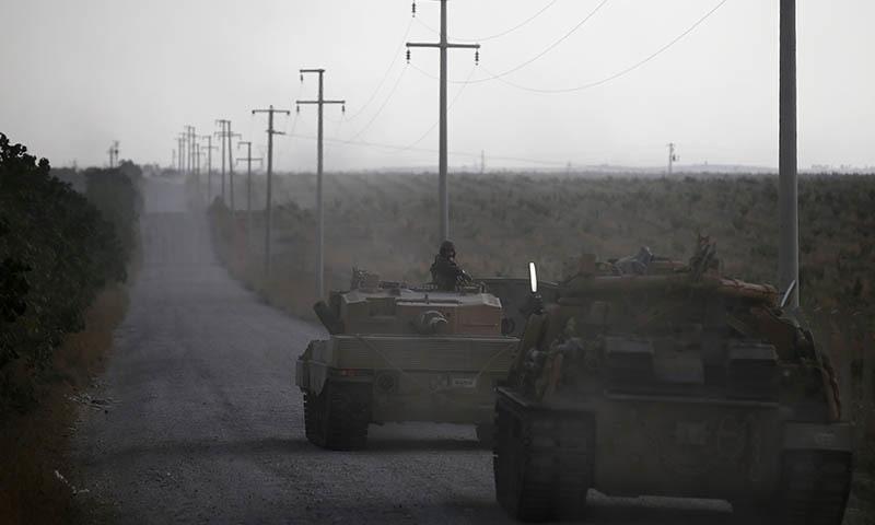 ایس ڈی ایف کا کہنا ہے کہ راس العین میں ترکی کی جانب سے فضائی و بری حملے اب بھی جاری ہیں۔ — رائٹرز