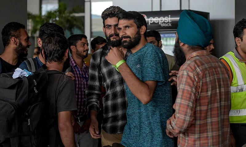 نئی دہلی کے ایئرپورٹ پر میکسیکو سے واپس آئے بھارتی شہری — فوٹو: اے ایف پی