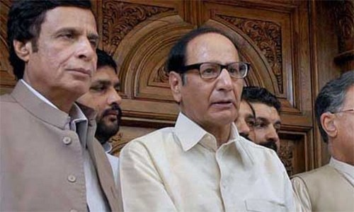 PML-Q President Chaudhry Shujaat Husain and Punjab Assembly Speaker Pervaiz Elahi have not been given mandate to hold talks with Maulana Fazl. — Dawn archives