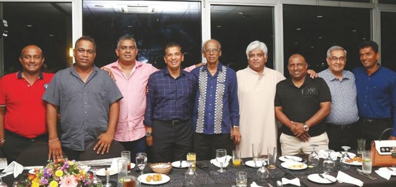 نیل پریرا ورلڈ کپ 1996ء کی فاتح سری لنکن ٹیم کے کھلاڑیوں کے ہمراہ—تصویر بشکریہ ایس ایل سی