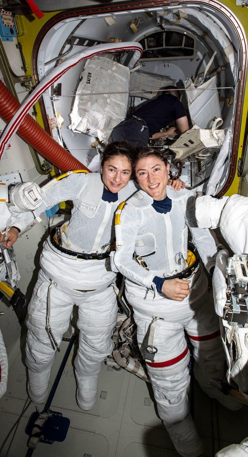 پہلی بار خواتین خلانوردوں کرسٹینا کوچ اور جیسیکا میر نے اکتوبر 2019 میں خلائی اسٹیشن کی مرمت بھی کی تھی—فوٹو: ناسا ٹوئٹر