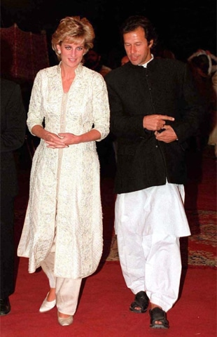 Diana, wearing a fully embroidered achkan created by Rizwan Beyg, next to Imran Khan at the opening of the Shaukat Khanum Memorial Hospital in 1996