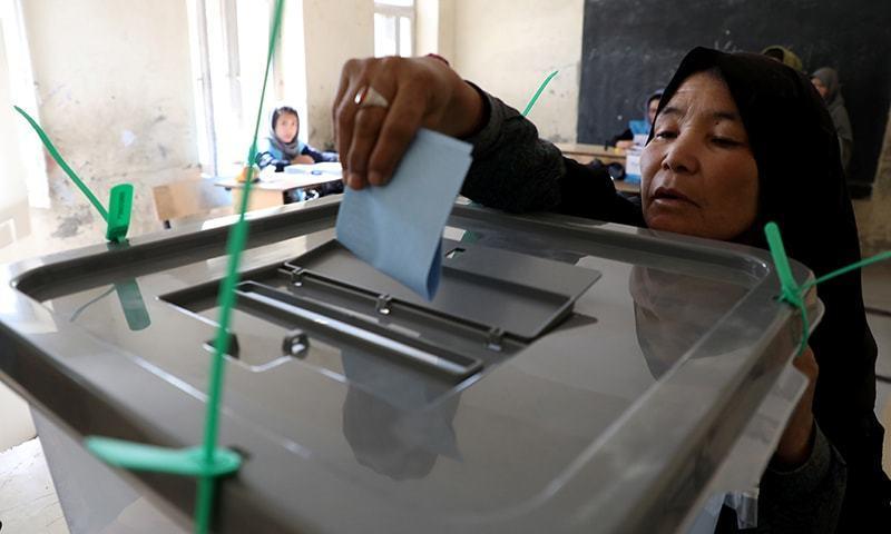 انتخاب میں حصہ لینے والے 18 امیدواروں میں سے صدر اشرف غنی اور افغانستان کے چیف ایگزیکٹو عبداللہ عبداللہ کافی مقبول ہیں — فائل فوٹو: رائٹرز