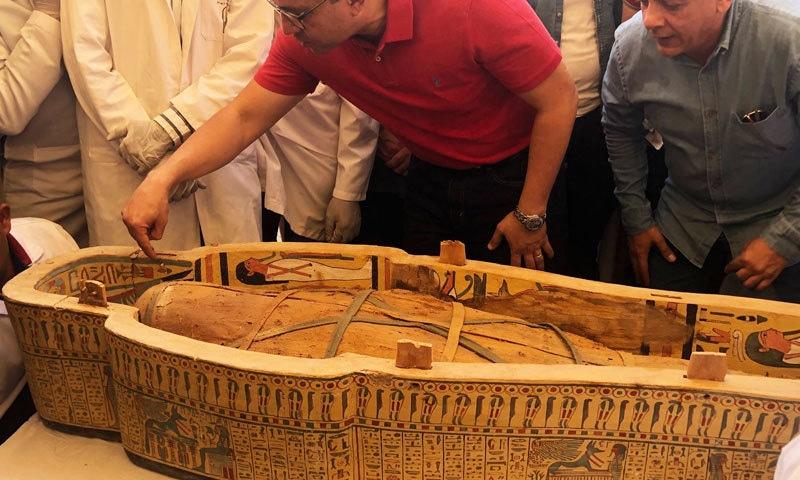 تابوت لکڑی کے کفن میں موجود تھے—فوٹو:  محکمہ آثار قدیمہ مصر ٹوئٹر