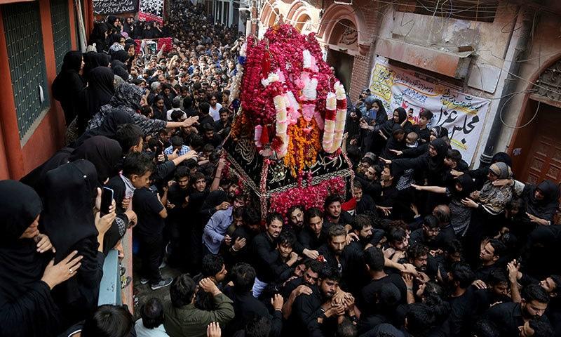 لاہور میں جلوس مقررہ راستوں سے گزر اختتام پذی ہوا—فوٹو: اے پی