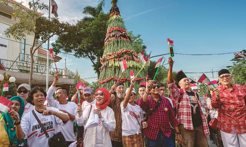 Surabaya: Supporters of Widodo build a seven-metre tumpeng, a rendition of the country's popular cone-shaped dish.—AFP