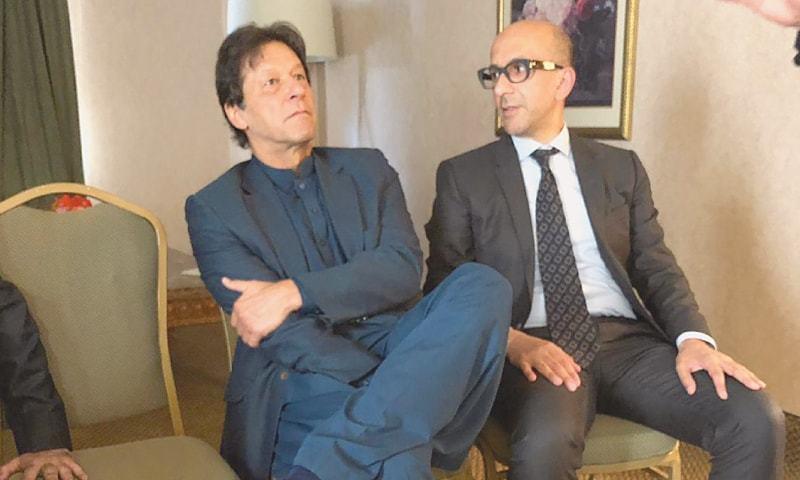 انیل مسرت اور وزیراعظم عمران خان کی دوستی کا آغاز 2004 میں ہوا تھا — تصویر: ڈان