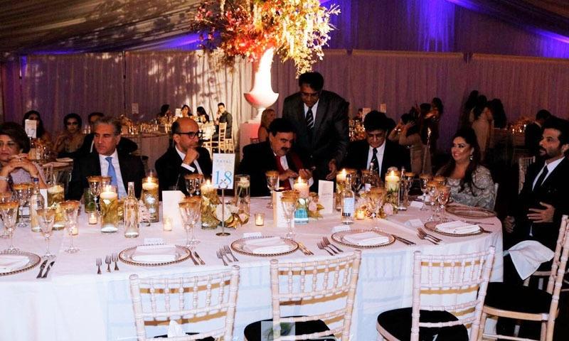انیل مسرت کے وزیراعظم کے ساتھ ساتھ اعلیٰ حکومتی عہدیداروں کے ساتھ بھی قریبی تعلقات ہیں—تصویر بشکریہ ٹوئٹر