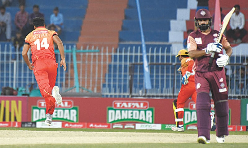 FAISALABAD: Sindh fast bowler Sohail Khan (L) celebrates after dismissing Southern Punjab's Mohammad Hafeez for a golden duck during the National T20 Cup fixture at the Iqbal Stadium on Monday.—Courtesy PCB
