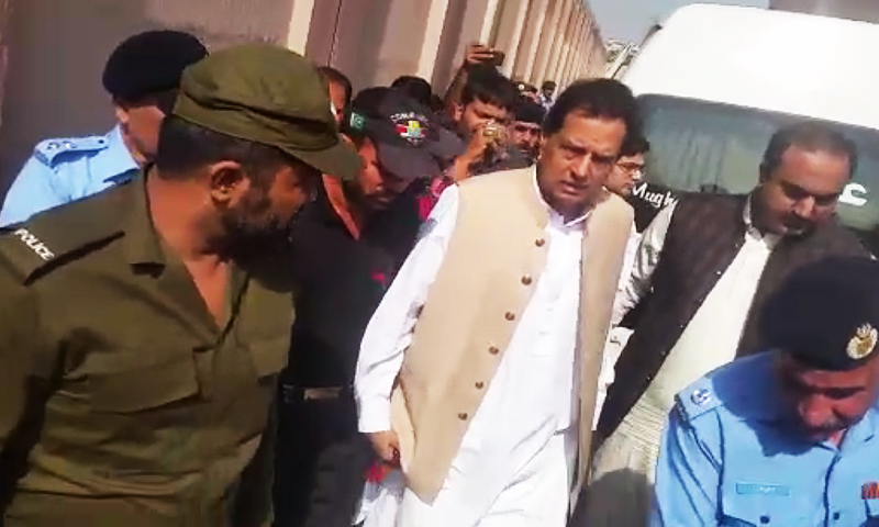 PML-N leader Mohammad Safdar arrested while he was returning to Lahore from Bhera. — DawnNewsTV/File