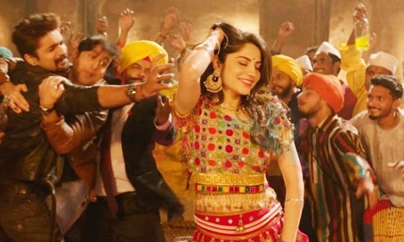 گانے میں اداکارہ کو کئی مرد ساتھی ڈانسر کے ساتھ رقص کرتے دیکھا جا سکتا ہے—اسکرین شاٹ