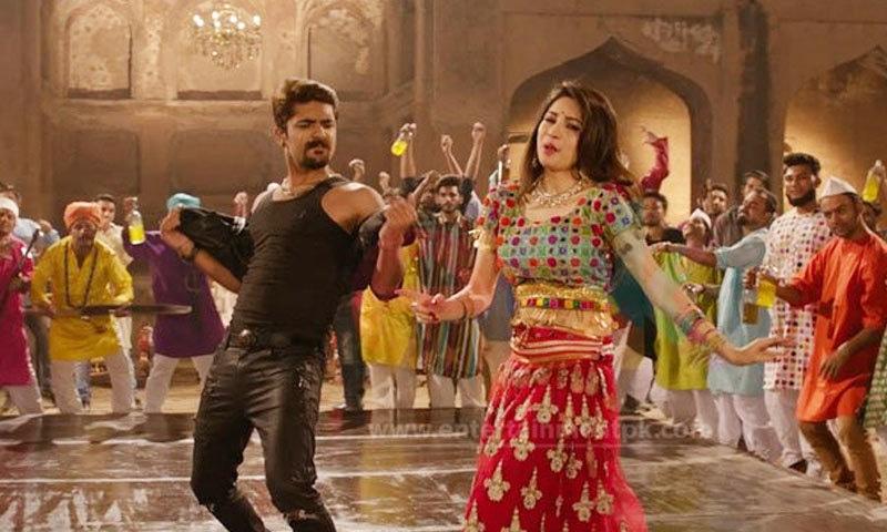 گانے میں نیلم منیر کے ساتھ فلم کی دیگر کاسٹ کو بھی پرفارم کرتے دکھایا گیا ہے—اسکرین شاٹ