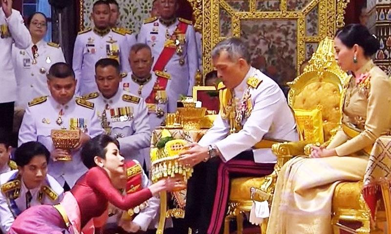بادشاہ نے خاتون محافظ کو اگست میں شاہی عہدے سے نوازا تھا —فوٹو:  بی ڈی نیوز 24