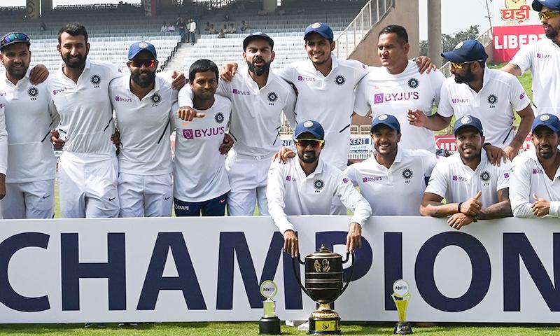جنوبی افریقہ کے خلاف ٹیسٹ سیریز میں کلین سوئپ کے بعد بھارتی ٹیم کا ٹرافی کے ہمراہ گروپ فوٹو— فوٹو: اے ایف پی
