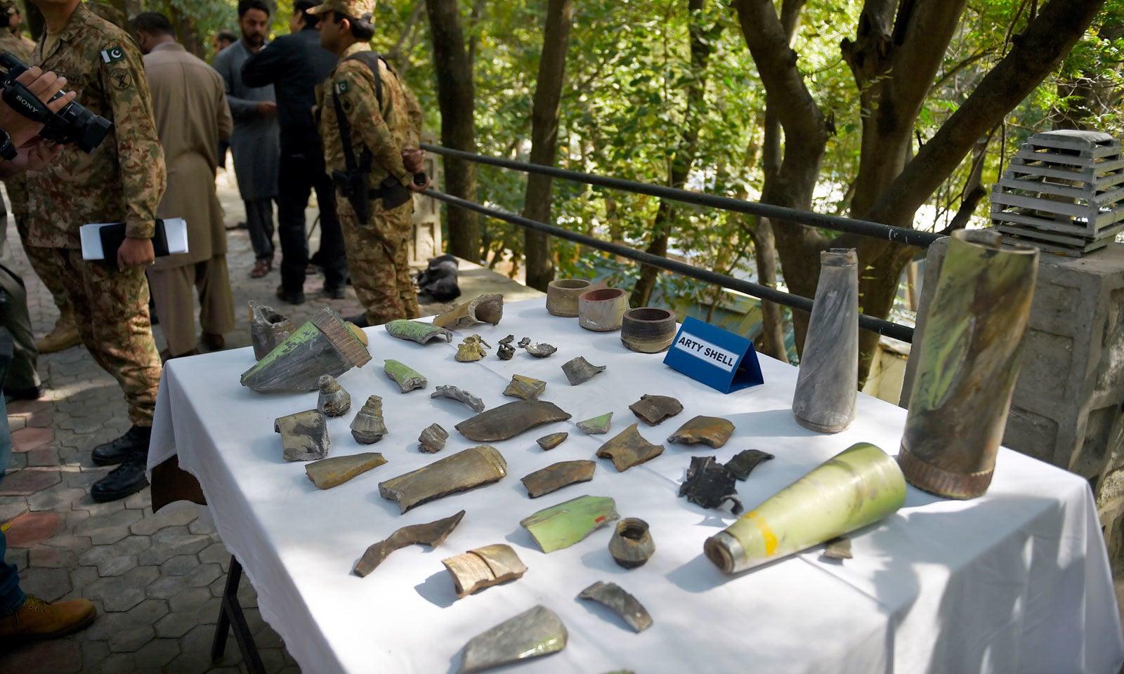 سفرا و ہائی کمشنرز  نے ان ہتھیاروں کا بھی معائنہ کیا جو بھارتی افواج نے شہری آبادی پر داغے تھے — فوٹو: اے ایف پی
