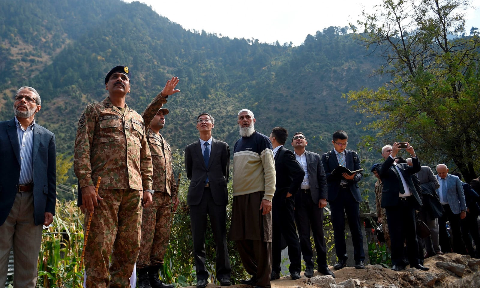 پاک فوج کے افسر غیر ملکی سفرا کو نقصانات کے حوالے سے بریفنگ دے رہے ہیں — فوٹو: اے ایف پی