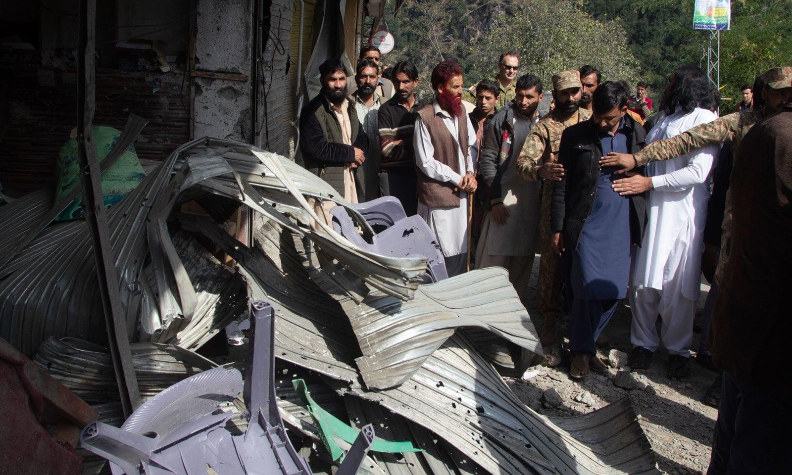 سفرا و ہائی کمشنرز نے ان مقامات کا جائزہ لیا جنہیں بھارتی اشتعال انگیزی سے نقصان پہنچا تھا — فوٹو: اے پی