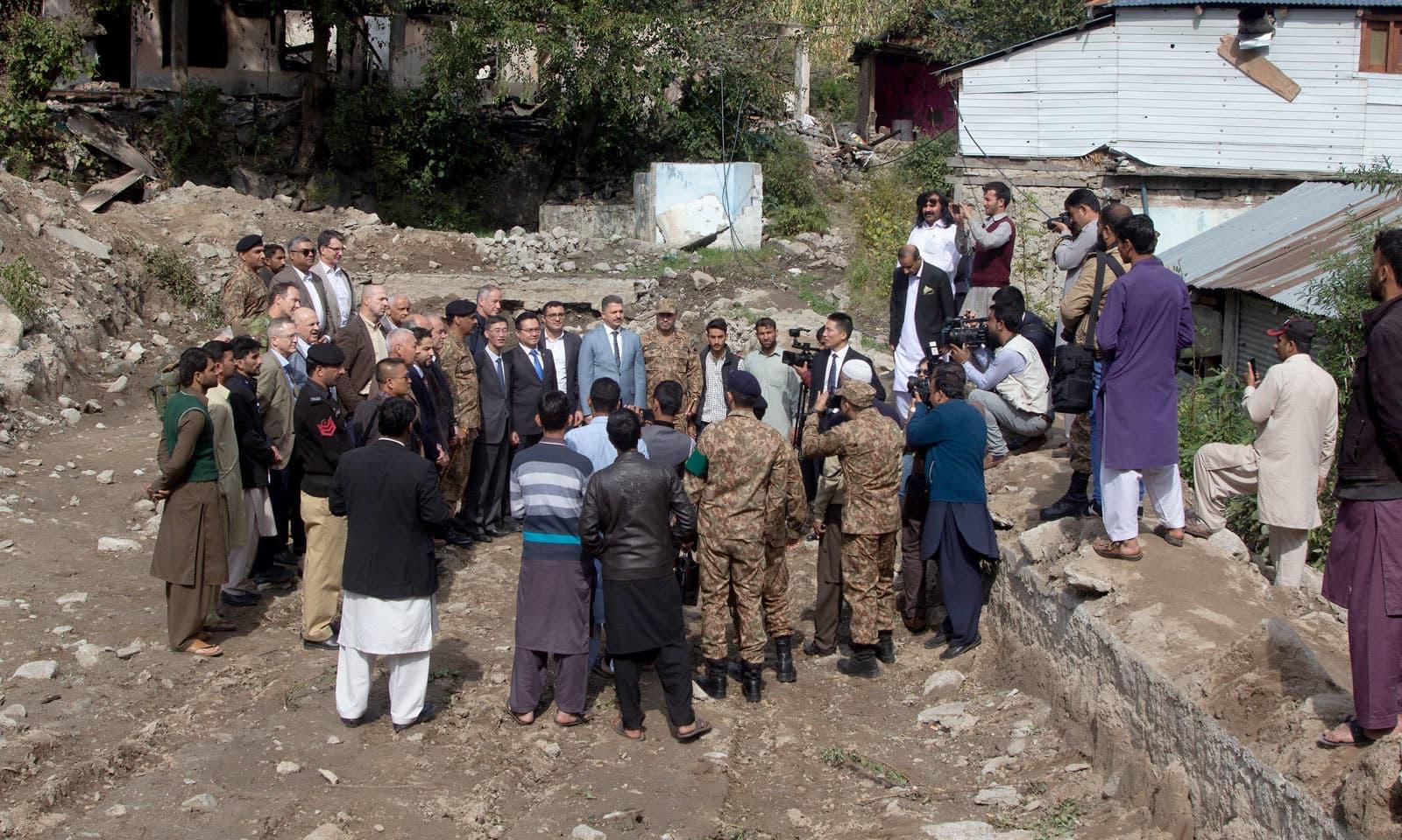 میجر جنرل آصف غفور کی جانب سے غیر ملکی سفرا اور میڈیا نمائندگان کو بریفنگ دی گئی — فوٹو: اے پی