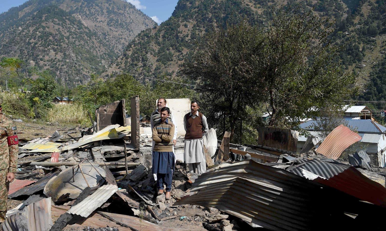 سفرا و ہائی کمشنرز نے ان مقامات کا جائزہ لیا جنہیں بھارتی اشتعال انگیزی سے نقصان پہنچا تھا — فوٹو: اے ایف پی