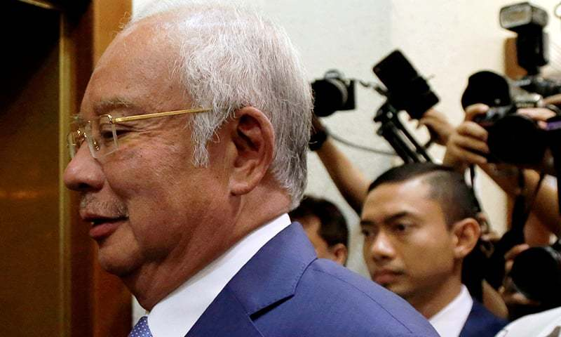ملائیشیا کے سابق وزیر اعظم کوالا لمپور کو عدالت میں پیشی کے لیے لے جایا جارہا ہے — فوٹو: رائٹرز