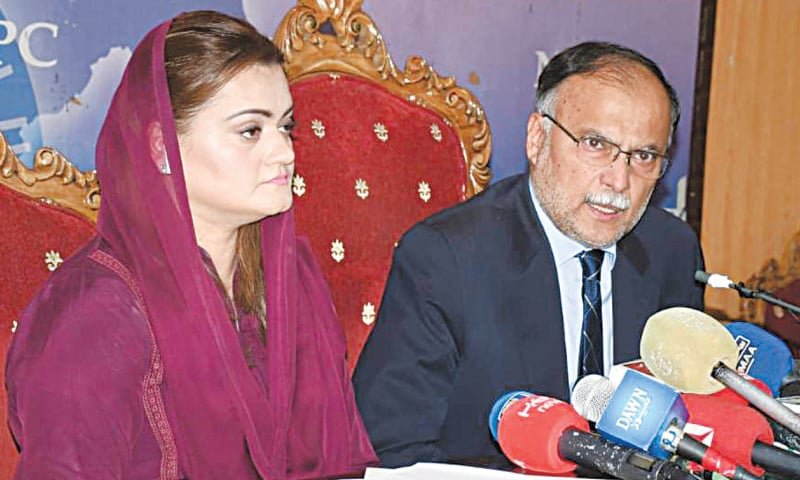 ISLAMABAD: Pakistan Muslim League-Nawaz leaders Ahsan Iqbal and Marriyum Aurangzeb address a press conference at National Press Club on Tuesday.—White Star