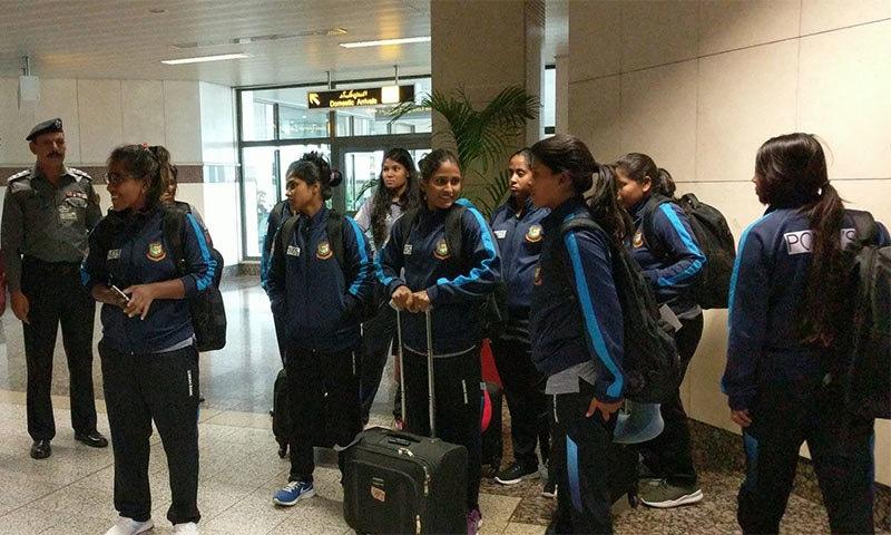 بنگلہ دیش کی ٹیم بدھ کی صبح لاہور ایئرپورٹ پر پہنچی تو ان کا پرتپاک استقبال کیا گیا— فوٹو بشکریہ پی سی بی