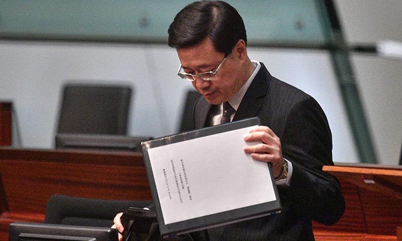 سیکریٹری جون لی قانون سازوں کے سامنے ملزمان کی حوالگی سے متعلق بل سے دستبرداری کا اعلان کر رہے ہیں — فوٹو: اے ایف پی