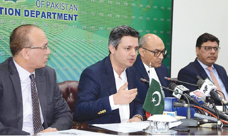ISLAMABAD: Federal Minister for Economic Affairs Hammad Azhar addressing a press conference.—APP