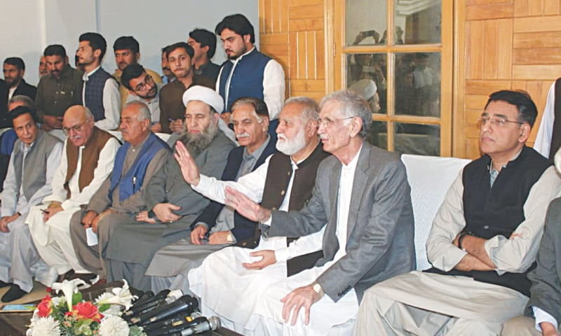 ISLAMABAD: Head of Rehbar committee Akram Durrani, along with the government's negotiation committee, addressing a press conference on Friday.—Tanveer Shahzad / White Star