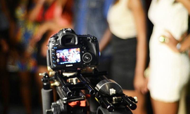 غیر محرم مرد کو پھنسانے والی بیوی اور ان کی ویڈیوز بنانے والا شوہر گرفتار
