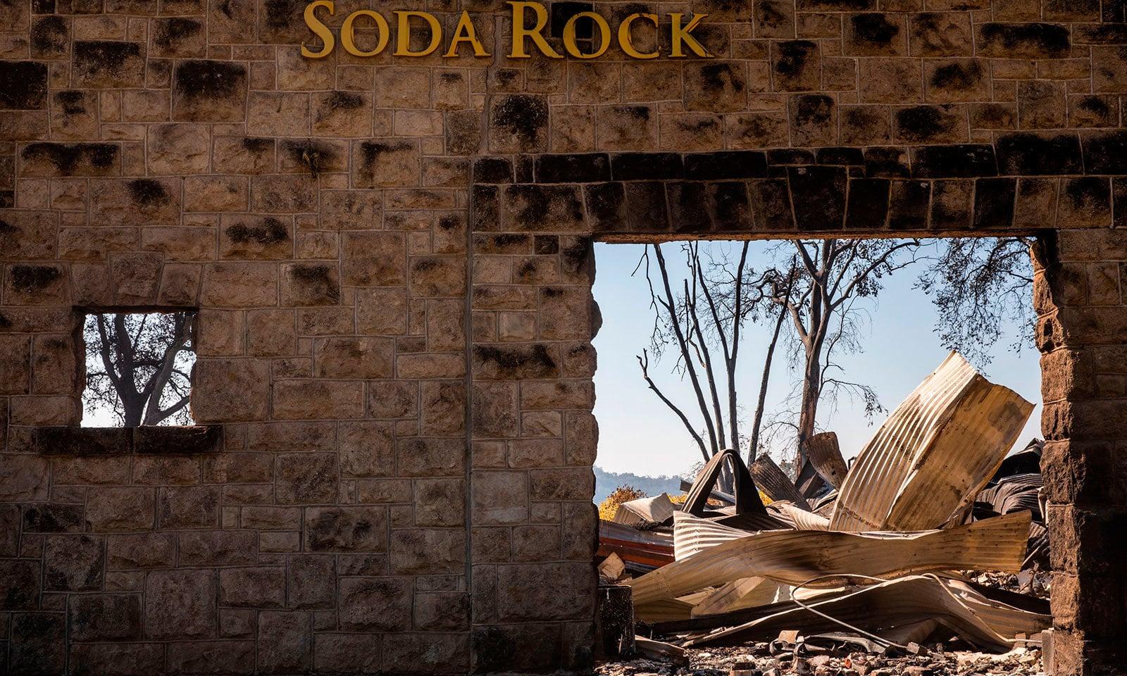 کیلیفورنیا کی آگ نے 1860 میں تعمیر ہونے والے سوڈا راک ونری کو بھی لپیٹ میں لیا اور اس کے صرف پتھر ہی رہ گئے—فوٹو:اے ایف پی
