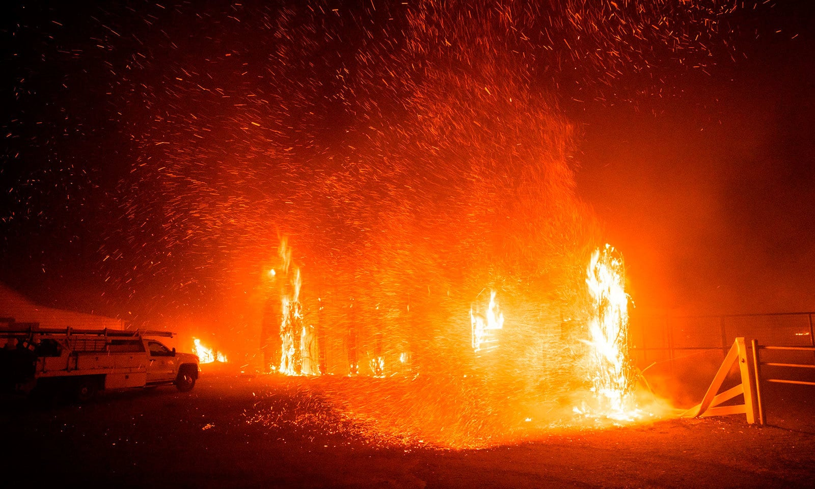 آگ سے نجی املاک بھی جل کر راکھ بن گئیں—فوٹو:اے ایف پی