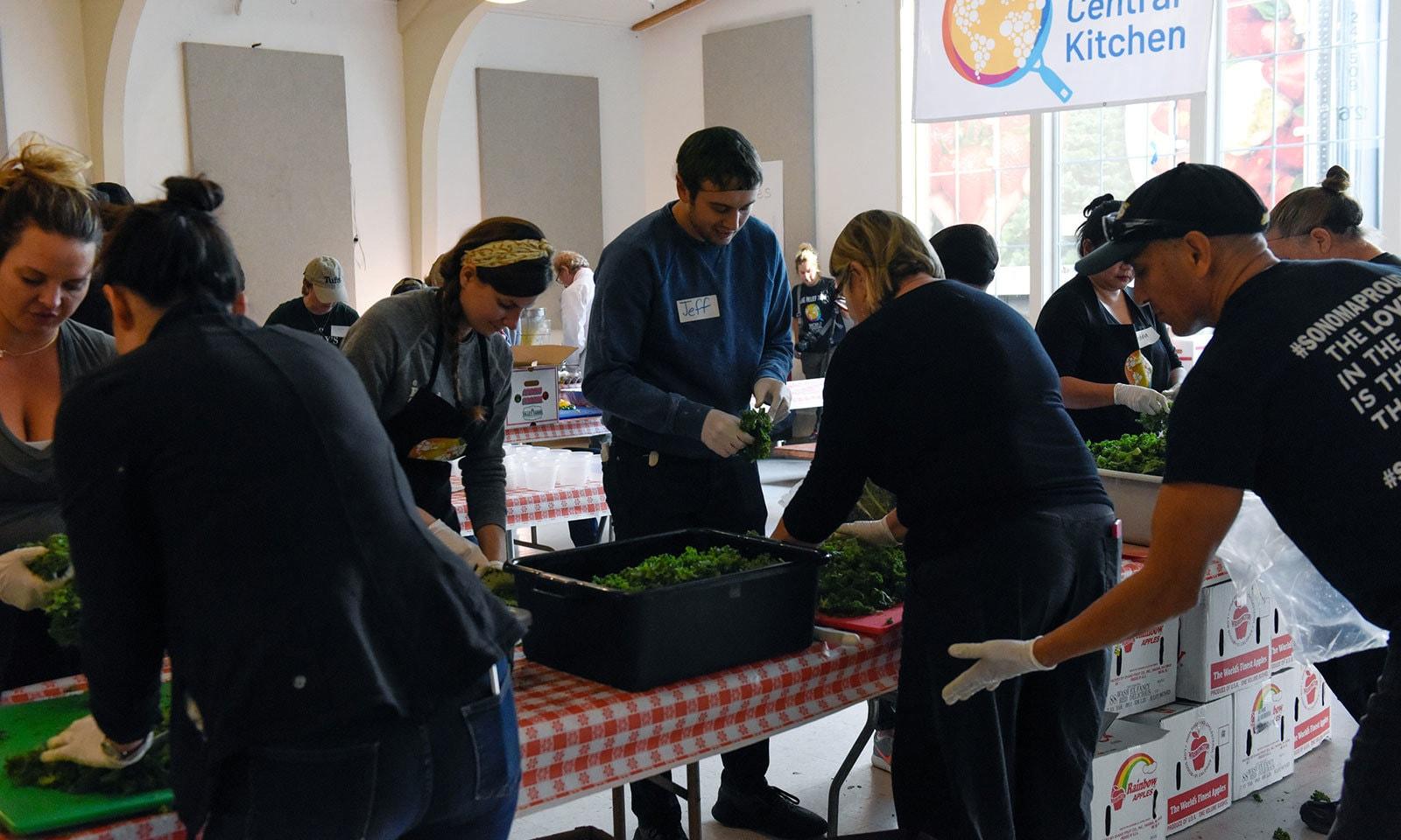 متاثرہ افراد کے لیے کھانا تیار کیا جارہا ہے—فوٹو:رائٹرز