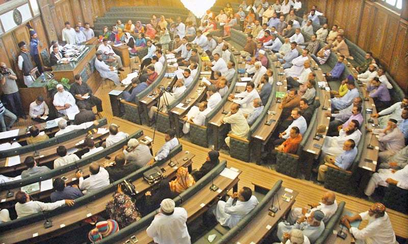 A session of the City Council descended into chaos on Tuesday as the opposition and treasury members shouted insults at each other when the chair did not allow the former to discuss the municipal and civic problems of the city. — Online/File