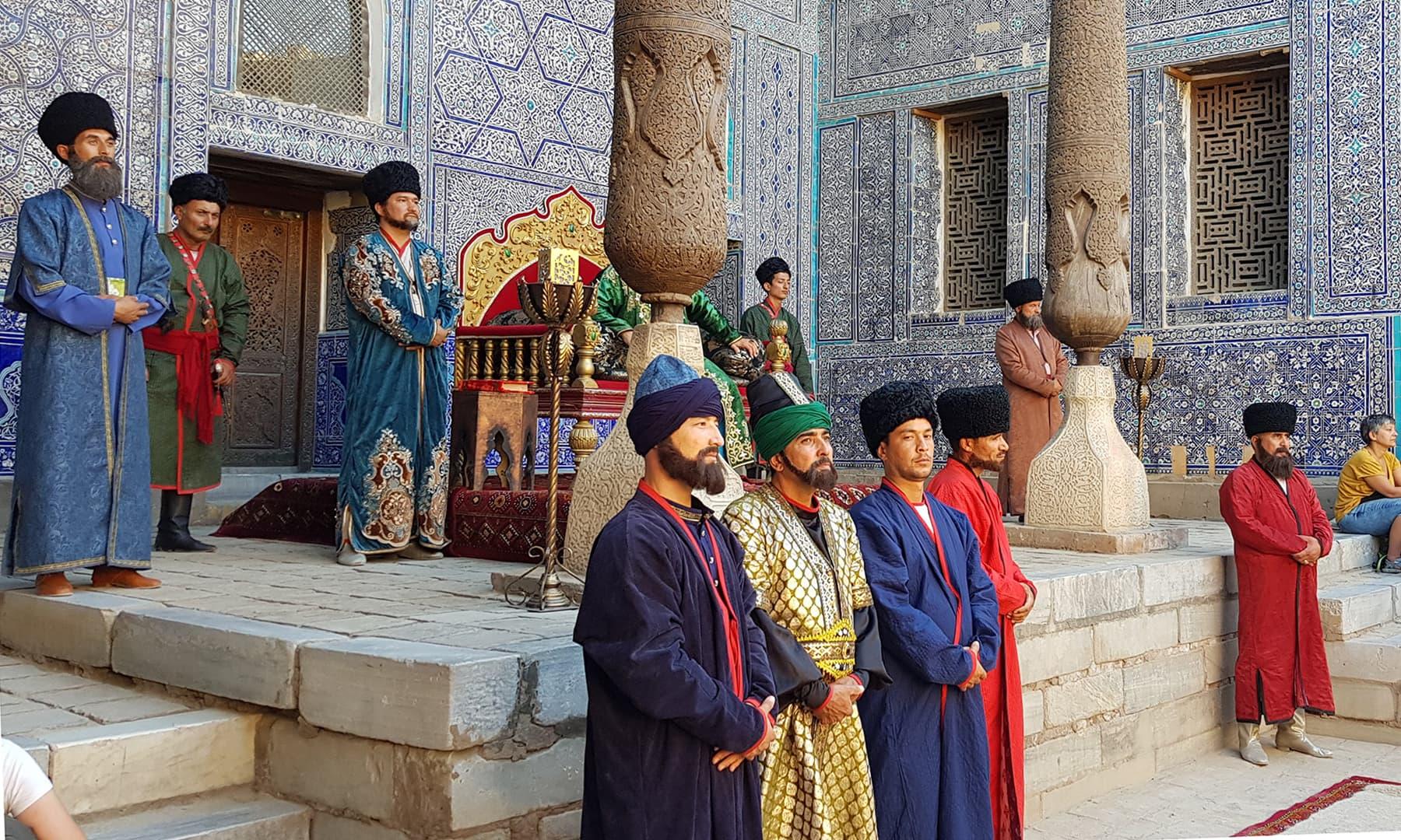 اسٹیج پلے کے ذریعے شاہی دور اور اس دور کی دربار کی سرگرمیوں کو دکھایا جاتا ہے