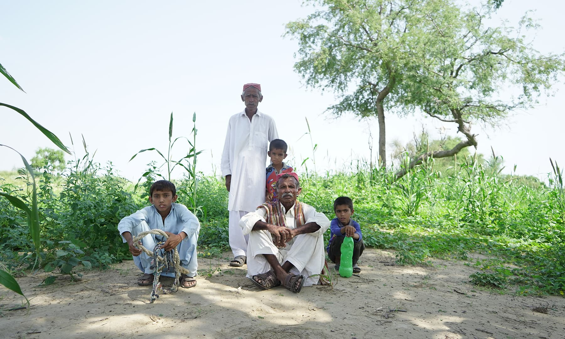 گردھاری ہر روز صبح سویرے اپنے کھیت جاتے ہیں۔ خواتین اور بچوں سمیت درجن کے قریب خاندان کے دیگر افراد بھی ان کے ساتھ ہوتے ہیں۔