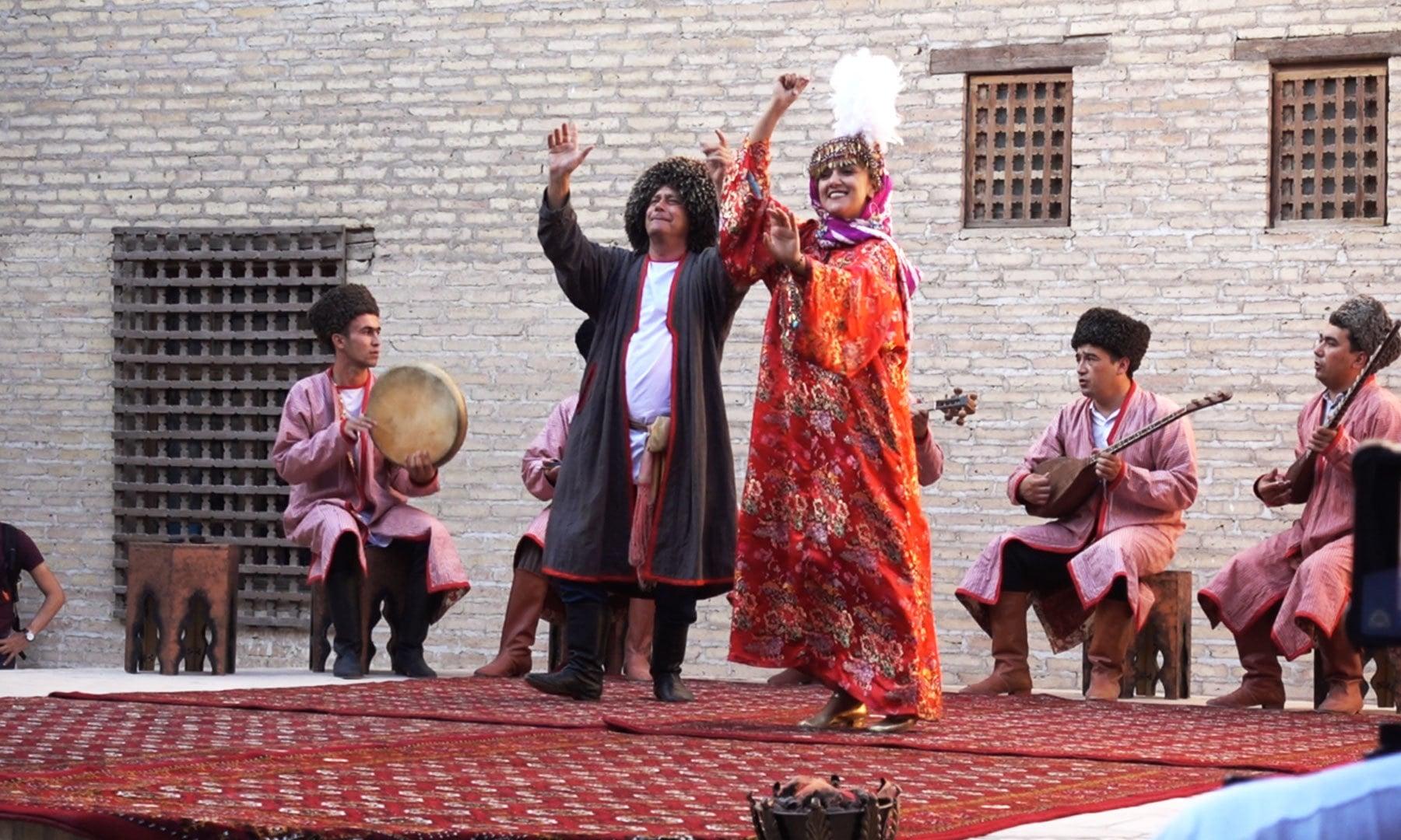 ہمیں پورے اسٹیج ڈرامے میں اگر کچھ سمجھ آیا تو وہ یقیناً یہی رقص تھا، کیونکہ رقص سمجھنے کے لیے زبان کی قید نہیں