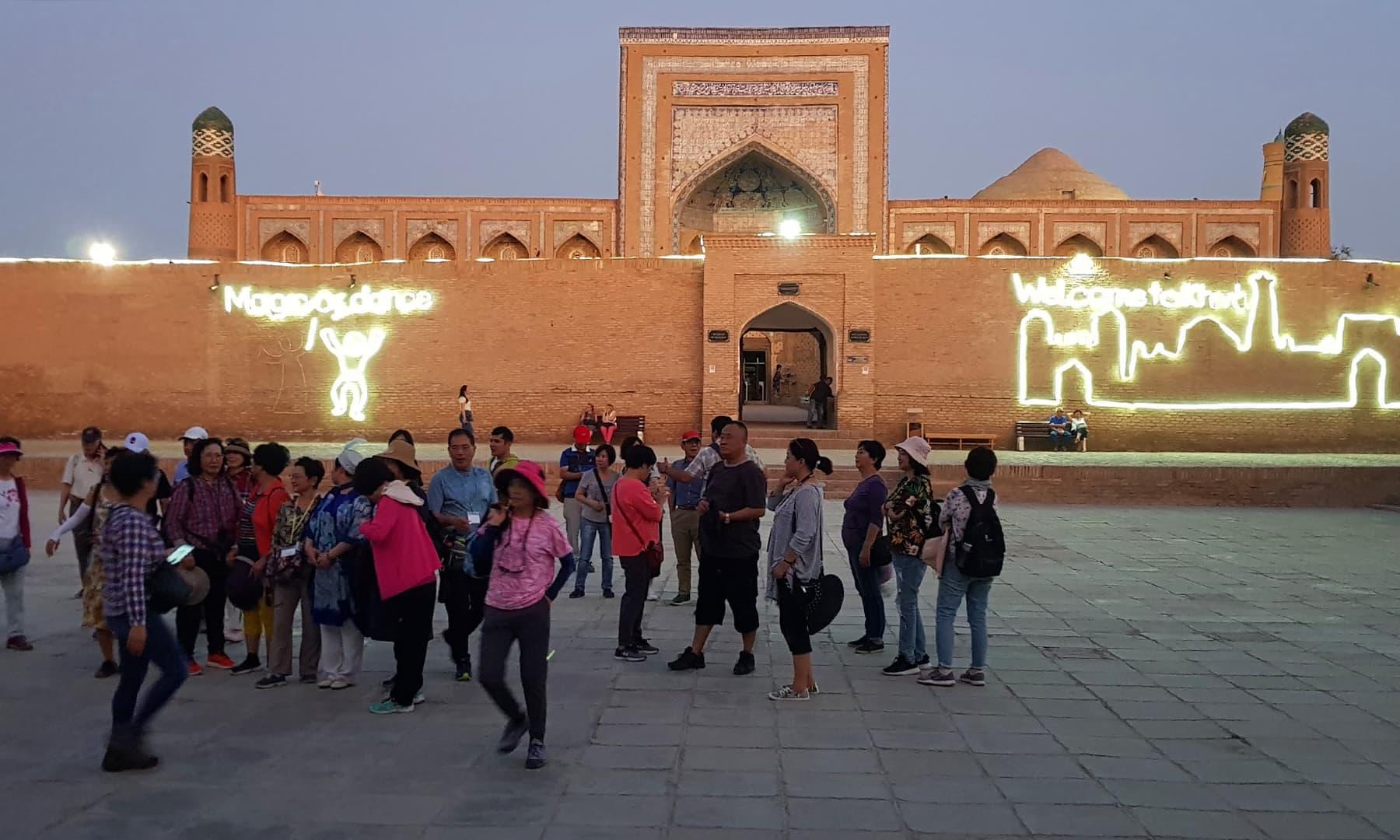 اس قدیم شہر میں سیاحوں کی بہتات نظر آتی ہے