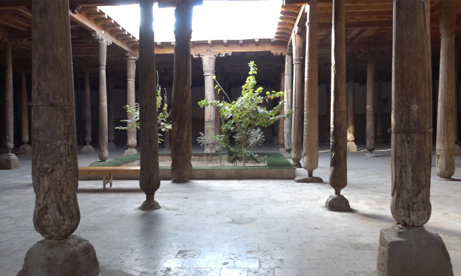 مسجدِ جمعہ کا اندرونی منظر