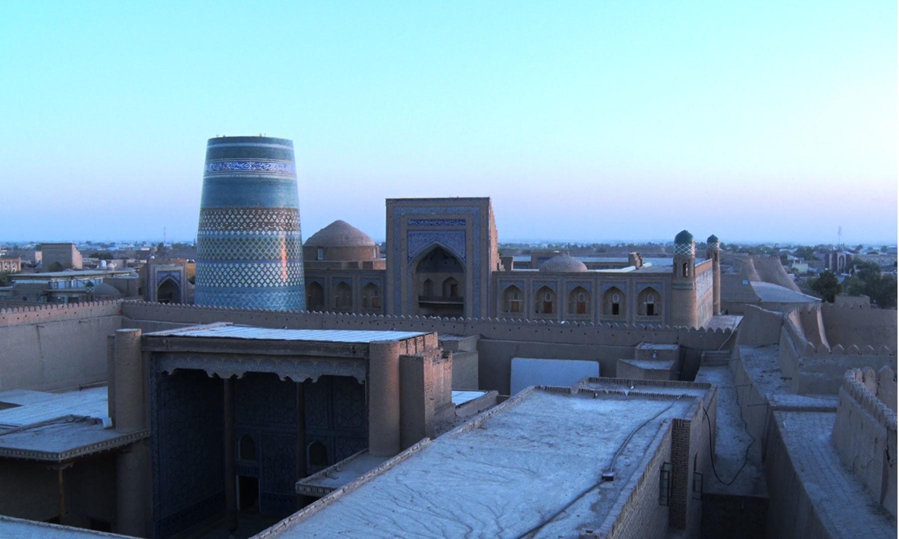 فصیل سے شہر کا نظارہ