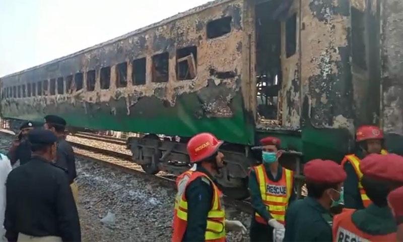 آتشزدگی کے باعث 2 بوگیاں مکمل طور پر جل گئیں—تصویر: ٹوئٹر
