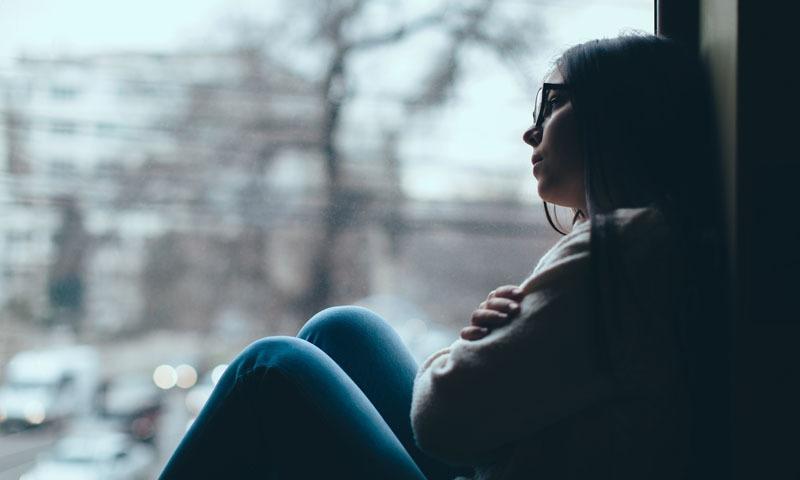 ونٹر ڈپریشن پر تحقیق کرنے والے ایک ماہر نفسیات الفریڈ لیوی کے مطابق سردیوں میں دن کا آغاز ہی دیگر موسموں کی نسبت مختلف انداز میں ہوتا ہے۔۔ فوٹو/ شٹراسٹاک